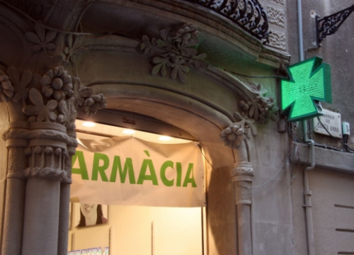 A pharmacy in downtown Barcelona (by R. Pagano)
