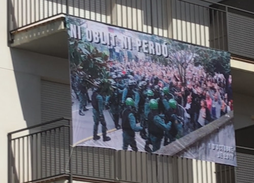 A banner reading 'No forgetting and no forgiving' in the town of Sant Cebrià with a photo of the police action on October 1 (October 1 2018, ACN)