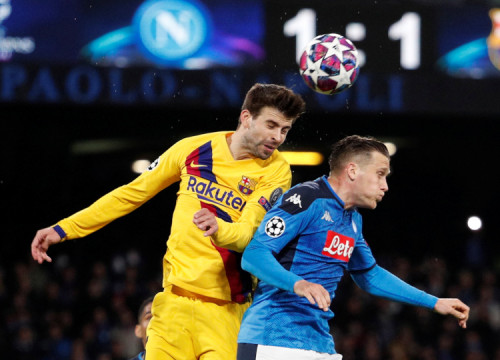 Image of Barça's Gerard Piqué, with SSC Napoli's Piotr Zielinski, on February 25, 2020 (by Gugliermo Mangiapane/Reuters)