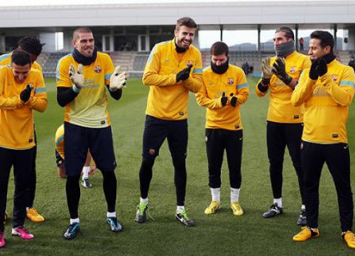 Piqué being congratulated by the rest of Barça players (by FC Barcelona)