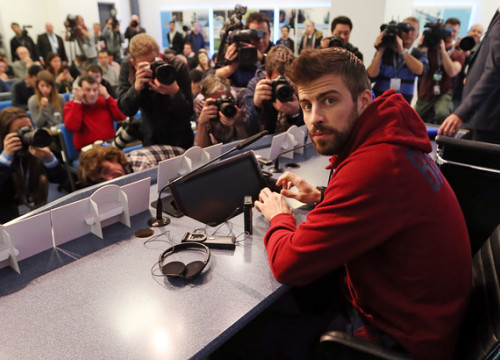 Gerard Piqué at Manchester City's press room (by FC Barcelona)