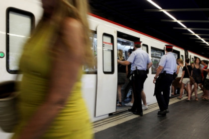 Catalan Police patrolling along Barcelona's underground (by O. Campuzano)