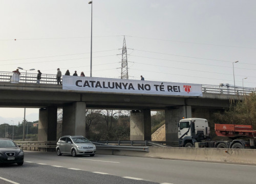 A banner reading 'Catalonia has no king' hung above AP-7 highway, on March 5, 2021 (by Alan Ruiz Terol)