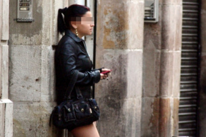 A prostitute in one of Barcelona city centre's streets (by ACN)