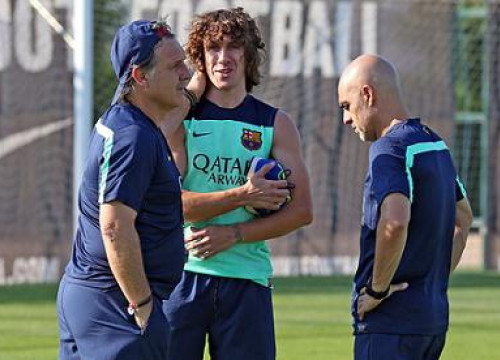 Carles Puyol (centre) with Tata Martino (left) in his first training with the group in mid-September (by FC Barcelona)