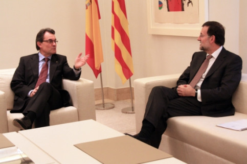 Mas (left) and Rajoy (right) meeting in La Moncloa (by R. Pi de Cabanyes)