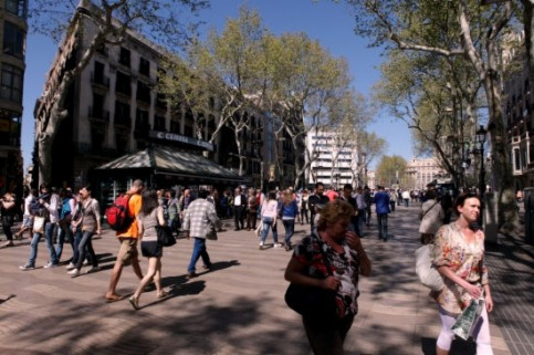 Tourists in Barcelona's Les Rambles (by O. Campuzano)