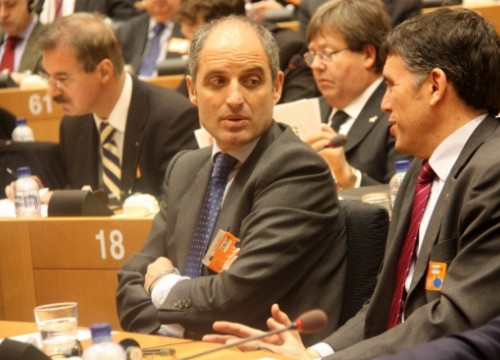 Lluís Recoder (right) talks to Valencian President, Francisco Camps (left) in the European Parliament (by R. Correa)