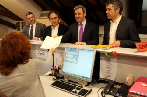 Representatives of the four Left-Wing parties presenting the request on March 6th at the Catalan Parliament's register desk