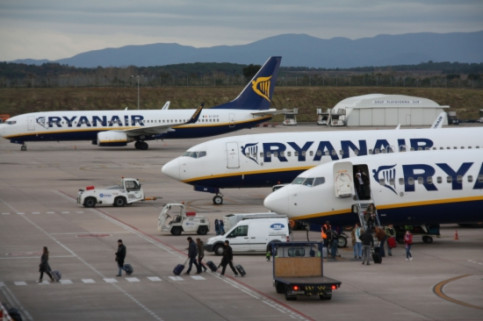 Aircrafts from Ryanair in the Girona Costa Brava Airport (by ACN)
