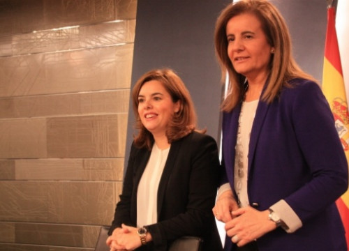 The Spanish Deputy PM, Soraya Sáenz de Santamaría (left), and the Minister for Employment, Fátima Báñez (by R. Pi de Cabanyes)