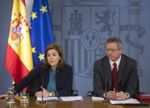 Soraya Sáenz de Santamaría (left) next to the Spanish Minister of Justice, Alberto Ruiz Gallardón (by R. Pi de Cabanyes)