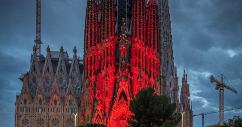 The front of the iconic Sagrada Familia lit up in red lights for charity (photo courtesy of Sagrada Familia)