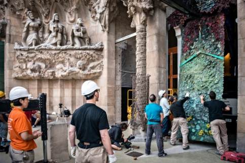 Setting up one of the 4 doors in the Sagrada Família's Nativity Façade (by E. Sendra)
