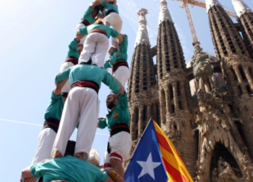 The human tower built in front of the Sagrada Família, at the same time than those in the rest of Europe (by M. Martí)
