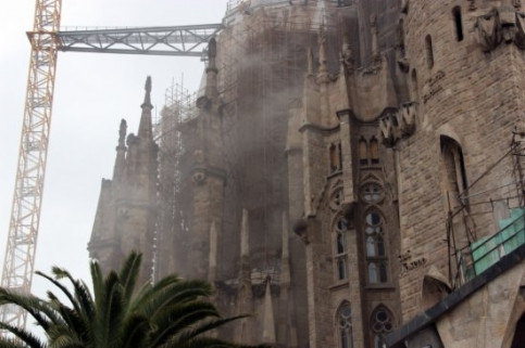 The smoke coming out from the crypt, which is located under the Basilica's apse (by L. Vilaró)