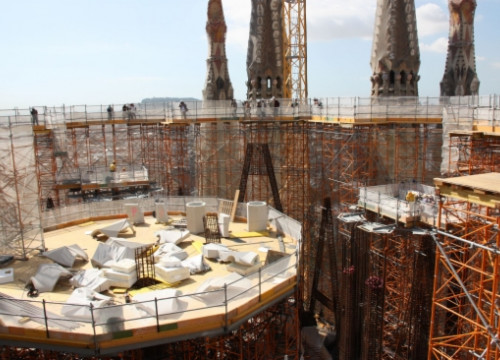 The construction works at the base of the central tower over the temple's crossing (by N. Julià)