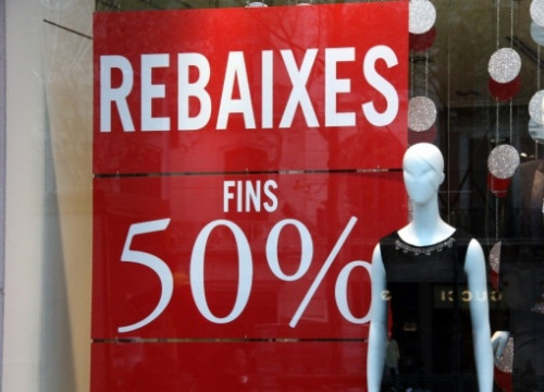 A shop announcing sales in Barcelona (by J. R. Torné)