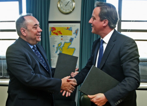 Scotland's PM, Alex Salmond (left) and UK's PM, David Cameron (right) after signing the referendum agreement (by Reuters)