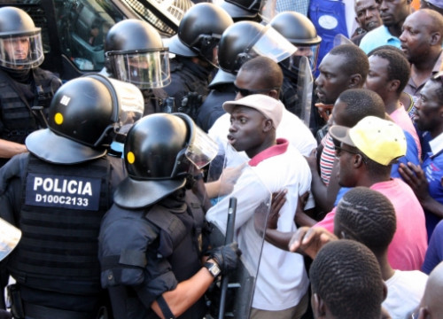 Senegalese protesters and Catalan Police's riot brigade in Salou (by R. Segura)