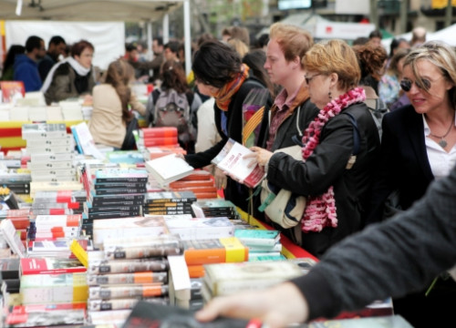 A book stand in downtown Barcelona on the 2012 Sant Jordi's Day (by O. Campuzano)
