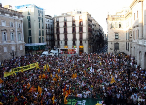 Sant Jaume Square full of demonstrators defending the current Catalan school model (by M. Bélmez)