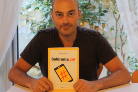 Journalist Saül Gordillo with his book on pro-independence actors on the Internet (by Rebecca Lock)