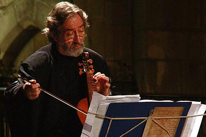 Jordi Savall playing viol at Santa Maria del Mar, at the concert he offered in memoriam of his wife, Montserrat Figueras (ACN)