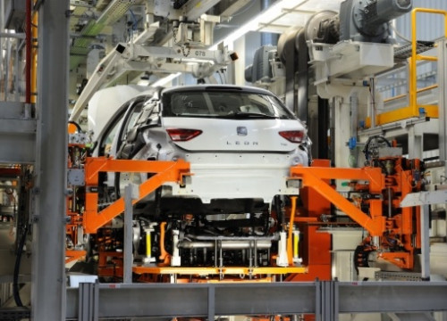 A Seat León being assembled at the Martorell plant (by SEAT)
