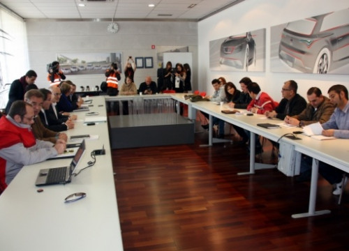 Seat managers and workers' representatives signing the new agreement (by J. R. Torné)