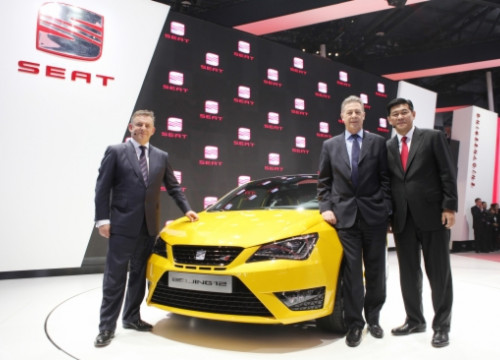 SEAT President James Muir, SEAT Executive Vicepresident Paul Sevin, and China's Volkswagen Vicepresident Weiming Soh (by SEAT)