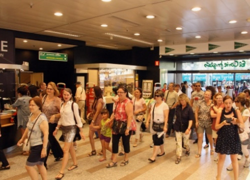 Customers at the entrance of a shopping centre in Barcelona (by J. Pérez)