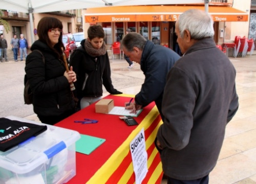 A table collecting signatures backing the international complaint on 9 November (by ACN)