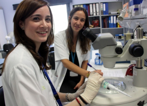Irma Pujol (right), who has led the research, and Sílvia Rodríguez (left) this week in their lab (by ACN)