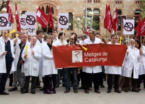 A protest from a doctors union in front of the Catalan Minister of Health (by L. Vilaró)