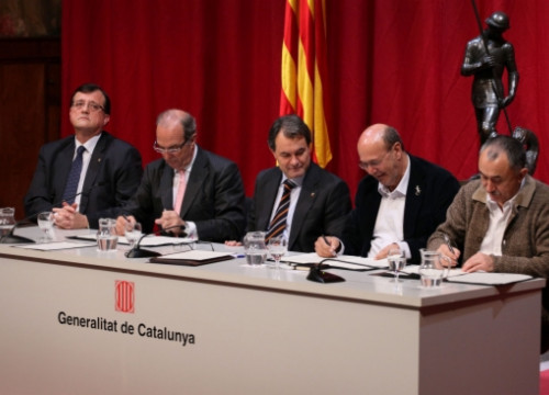 The agreement was signed at the Generalitat Palace, with the presence of the Catalan President (by J. Bedmar / ACN)