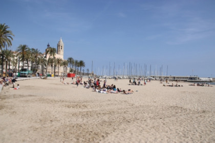 One of urban beaches at Sitges, with the town's famous church at the background (by ACN)