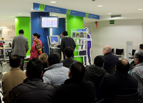 People waiting in a branch of the Catalan Public Employment Service (SOC) (by ACN)