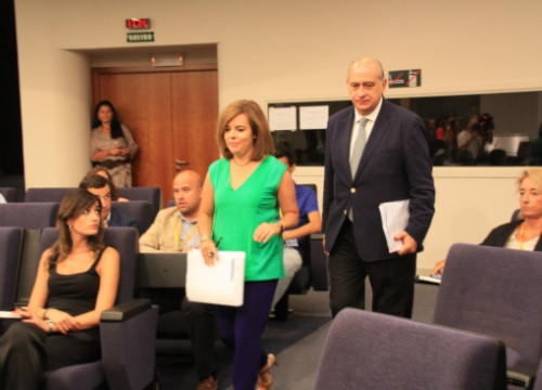 The Spanish Deputy PM, in green, entering into La Moncloa's press room this Friday (by X. Vallbona)