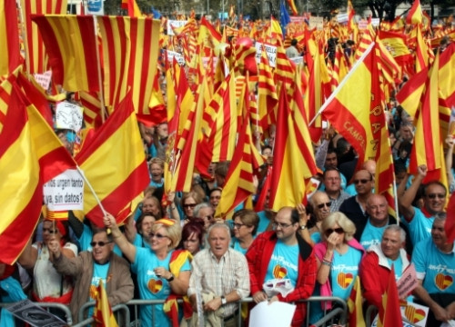Demonstrators with Spanish and Catalan flags (by J. Bataller)