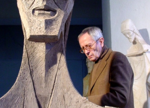 Josep Maria Subirachs next to one of his sculptures (by Premsa Basilica de la Sagrada Familia)