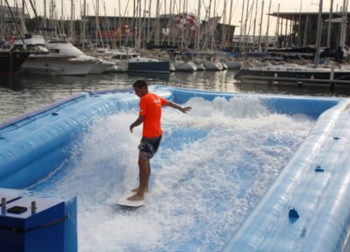 A surf simulator, set in the Port of Barcelona for the International Boat Show (by J. Molina)
