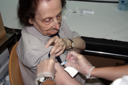 A woman is vaccinated against swine flu (ACN)