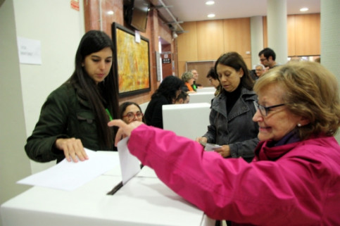 A lady casting her ballot on Sunday in Tarragona (by R. Segura)