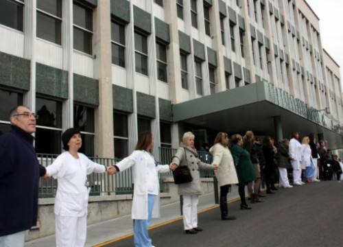 A human chain surrounding Tarragona's Joan XXIII Hospital (by N. Torres)