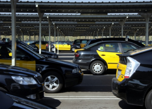 Taxis waiting for picking up clients at Barcelona El Prat Airport (by B. Cazorla)