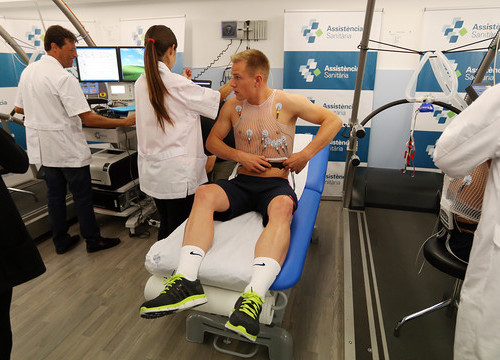 Ter Stegen undertaking medical tests (by FC Barcelona)