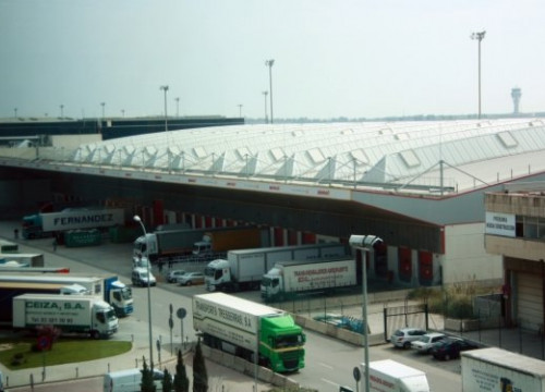 Lorries working in one of the facilities of Barcelona Airport's Cargo Terminal (by B. Cazorla)