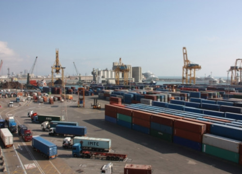 Containers stored at Barcelona's port (by E. Romagosa)