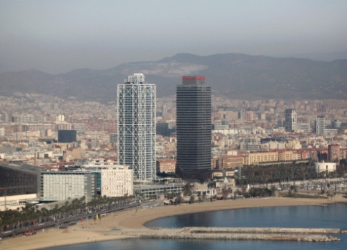 Barcelona's Arts Hotel (left tower) next to the Torre Mapfre (right tower) (by ACN)